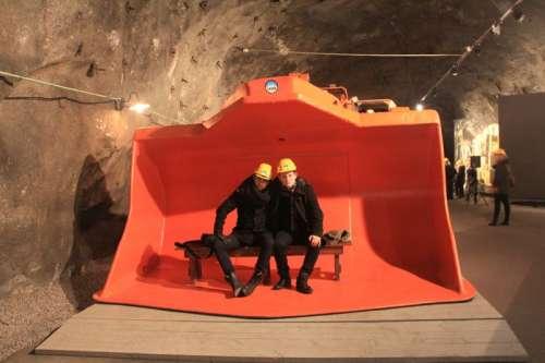 autorzy w łyżce koparki w kopalni